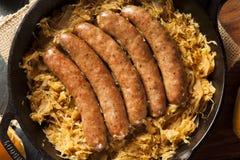 Bratwurst asado de la cerveza con Saurkraut Imagen de archivo libre de regalías
