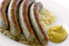 Bratwurst con el sauerkraut imagen de archivo libre de regalías