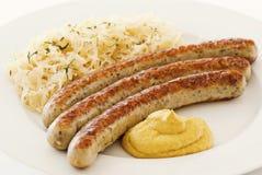 Bratwurst con el sauerkraut foto de archivo