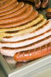 A bratwurst da salsicha tipo frankfurter do alimento do suporte da rua fritou a salsicha do kasekrainer Imagens de Stock Royalty Free