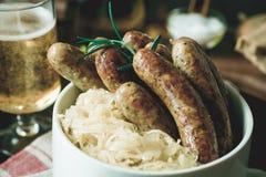 Bratwurst de saucisses grillée par Allemand traditionnel avec la salade de choux Photographie stock libre de droits
