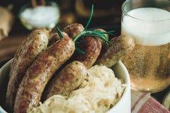 Bratwurst de saucisses grillée par Allemand traditionnel avec la salade de choux Images libres de droits