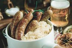 Bratwurst de saucisses grillée par Allemand traditionnel avec la salade de choux Photos stock