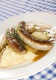 Bratwurst della salsiccia di Grobe con i potatos schiacciati Fotografie Stock