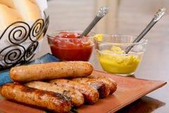 Bratwurst grillée prête à servir Images stock
