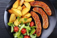 Bratwurst grillée, salade, pommes de terre de plat images stock