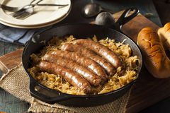 Bratwurst Roasted da cerveja com Saurkraut fotos de stock royalty free