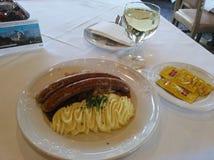 Bratwurst y patatas Imagen de archivo libre de regalías