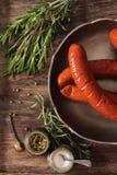 Bratwurstgrill mit Salz- und Pfefferrosmarin stockfotografie