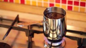 Brauenkaffee in inox cezve auf einem Gasherd stock video