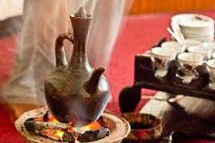 Brauenkaffee mit Jebena unter Verwendung der Kohle stockfotografie