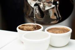 Brauenkaffee mit kochendem Wasser Stockfotografie