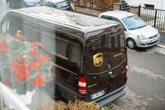 Braun UPSs United Parcel Service van delivery Stockbilder