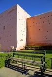 braune alte Ruine im Bankgartengras Marokko und im Himmel Stockbild