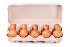 10 braune Eier in einem Kartonpaket Lizenzfreies Stockbild