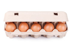 10 braune Eier in einem Kartonpaket Stockbild