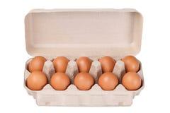 10 braune Eier in einem Kartonpaket Stockfotos