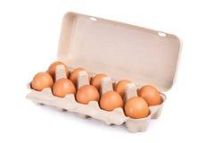 10 braune Eier in einem Kartonpaket Stockfoto