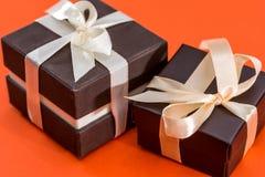 Braune Geschenkbox zwei lokalisiert Lizenzfreie Stockbilder