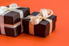 Braune Geschenkbox zwei lokalisiert Lizenzfreie Stockfotos