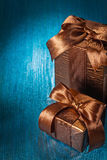 Braune Geschenkboxen Copyspace-Bildes zwei auf Blau Stockbild