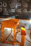 Braune hölzerne Schulbank der Weinlese in einem Klassenzimmer Stockbilder