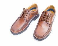 Braune lederne Schuhe der Mens auf Weiß. Stockbilder