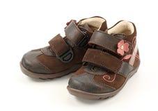 Braune Schuhe der Kinder stockfotografie