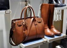 Braune Stiefel und Ledertasche der Frauen Stockbild