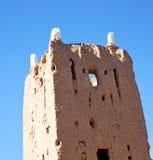 brauner alter Bau in Afrika Marokko und Wolken nahe Lizenzfreie Stockbilder