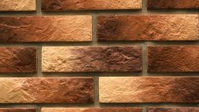 Brauner dekorativer Ziegelstein der Rotation mit Sprüngen Maurerarbeithintergrund Zahl Block stock video