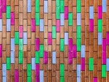brauner Innenhintergrund der bunten vertikalen Backsteinmauer Stockfotos