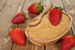 Brauner Zucker und Erdbeeren des Stocks Stockfoto
