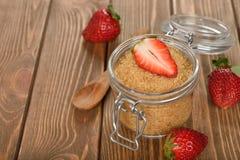 Brauner Zucker und Erdbeeren des Stocks Stockbilder