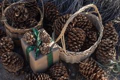 Braunes einwickelndes Papier des rustikalen Weihnachtsgeschenks, Weinlesegrünband, Kiefernkegel lizenzfreies stockbild