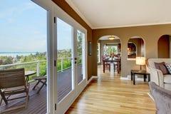 Braunes Luxuxwohnzimmer mit Hartholzfußböden. Lizenzfreies Stockfoto