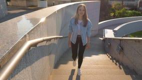 Braunhaarige Frau klettert die Treppe und singt stock footage