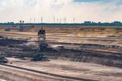 Braunkohleabbaugräber- und -windmühlen im Hintergrund Lizenzfreies Stockbild