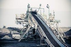 Braunkohlebergwerk im Tagebau Bandförderer Stockfotos