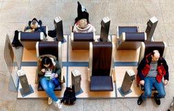 Braunschweig, χαμηλότερη Σαξωνία, Γερμανία, 27.2018 Ιανουαρίου: Οι πελάτες σε μια λεωφόρο αγορών χρησιμοποιούν τις καρέκλες μασάζ στοκ φωτογραφία
