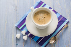 Braunweiß des hölzernen Brettes des Kaffeetasseschwarzen Stockfotos