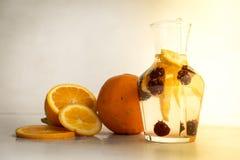 Brauselimonade mit Orangen und Kirschen lizenzfreie stockfotos