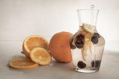 Brauselimonade mit Orangen und Kirschen lizenzfreies stockfoto