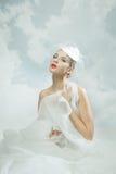 Braut über dem Himmelhintergrund Abbildung der roten Lilie Stockfotos