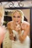 Braut addieren irgendein Lipgloss Lizenzfreie Stockbilder
