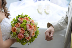 Braut-ANG-Bräutigam, der Hochzeitsblumenstrauß hält Stockfotografie