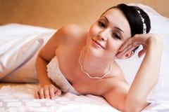 Braut auf dem Bett Stockbild