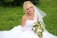 Braut auf dem Gras Lizenzfreie Stockfotos