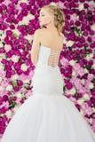 Braut auf dem Pfingstrosenblumenhintergrund Lizenzfreie Stockfotografie