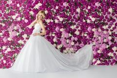 Braut auf dem Pfingstrosenblumenhintergrund Lizenzfreies Stockbild